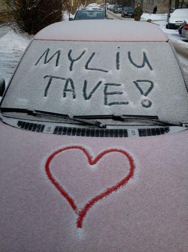 Jums rašo Nemira Jakinevičiūtė. Štai tokią staigmeną radau vieną žiemos rytą skubėdama į  darbą ant savo automobilio nuo savo sužadėtinio. Rodyti dėmesį ir stebinti reikia visą gyvenimą, o ne tik progomis ;) Užtai jį ir myliu :)