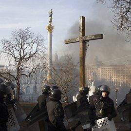 """""""Reuters""""/""""Scanpix"""" nuotr./Dūmai virš Nepriklausomybės aikštės – Maidano – Kijeve"""