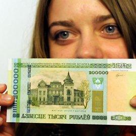 """AFP/""""Scanpix"""" nuotr./200 tūkst. Baltarusijos rublių banknotas"""