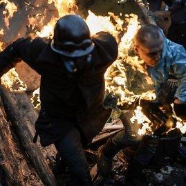 """AFP/""""Scanpix"""" nuotr./Kijeve protestuotojai bėga nuo ugnies"""