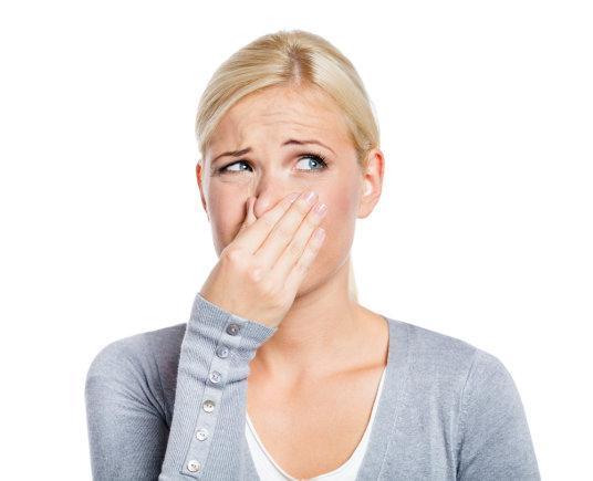 Shutterstock nuotr. / Moteris užuodžia nemalonų kvapą