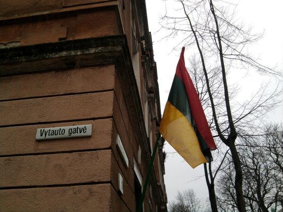 Skaitytojo Artūro nuotr./Apversta Lietuvos vėliava Klaipėdoje