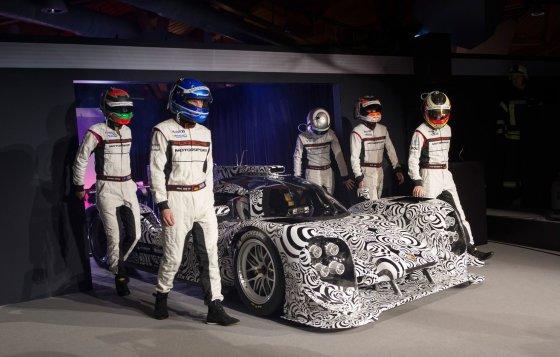 """motorauthority.com nuotr./""""Porsche 919 Hybrid"""" ir vairuotojai"""