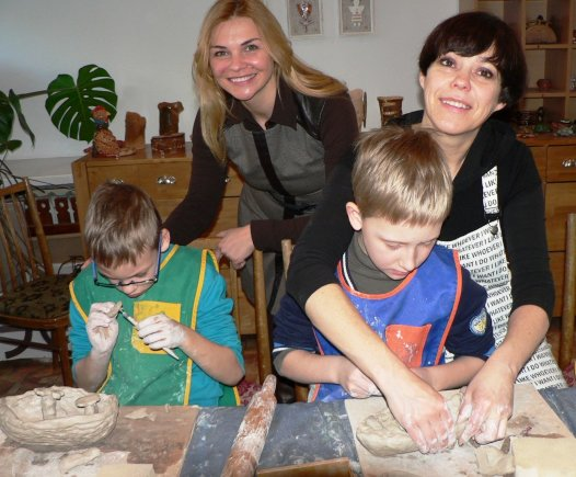 Asmeninio albumo nuotr./Nomeda Marčėnaitė kuria skulptūras su vaikais