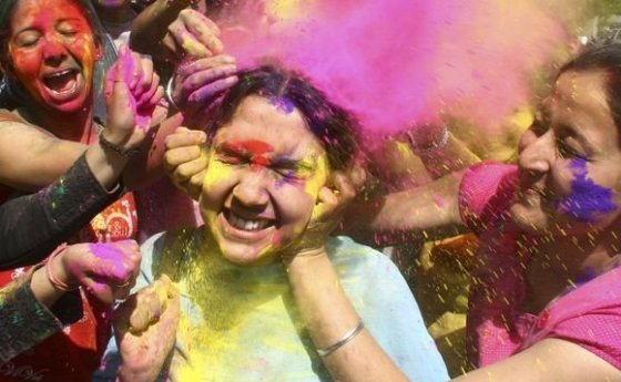 Indai pasinėrė į spalvų jūrą.