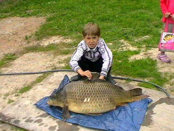 Skaitytojos Alos nuotr./Alos sūnus su karpiu (16,8 kg).