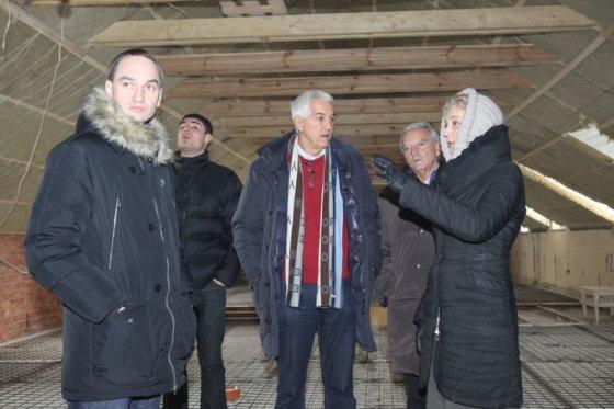 """Gintaro Lukoševičiaus/BFL nuotr./2011 m. pradžioje Mindaugas Balčiūnas (kairėje) drauge su """"FIBA Europe"""" generaliniu sekretoriumi Naru Zanolinu (viduryje) klausėsi viešbučio """"Romantic"""" savininkės Dalios Kuklierienės (dešinėje) pasakojimo, kaip rekonstruojamas viešbutis."""