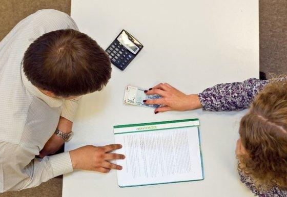 Pinigų turintys studentai sugeba net mokslus baigti savarankiškai neparašę nė vieno darbo.