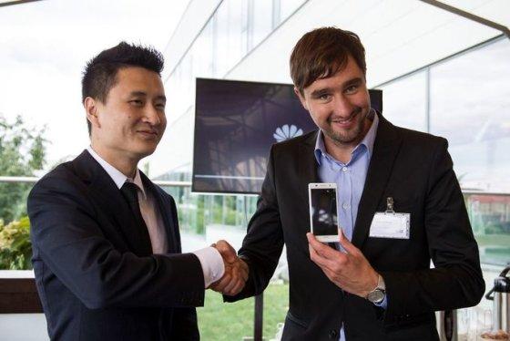 """""""Huawei"""" nuotr./Ploniausio pasaulyje išmaniojo telefono """"Huawei Ascend P6"""" pristatymo Lietuvoje akimirka"""