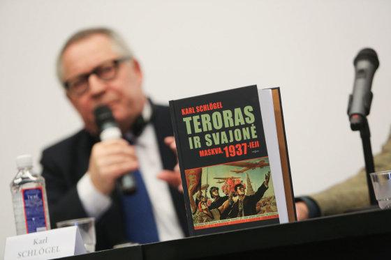 """Juliaus Kalinsko/15min.lt nuotr./Karlo Schlogelio knygos """"Teroras ir svajonė: Maskva, 1937-ieji"""" pristatymas"""
