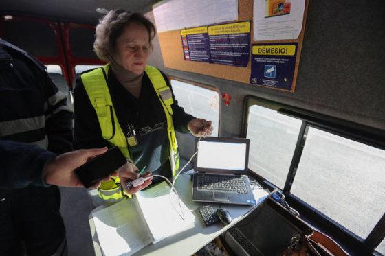 Juliaus Kalinsko/15min.lt nuotr./Kontrolieriai savo autobusiuke leis telefoną įkrauti.