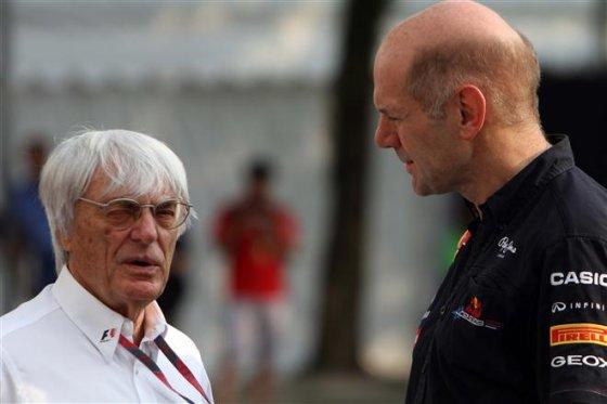"""AFP/""""Scanpix"""" nuotr./Bernie Ecclestone pokalbis su Adrianu Newey"""