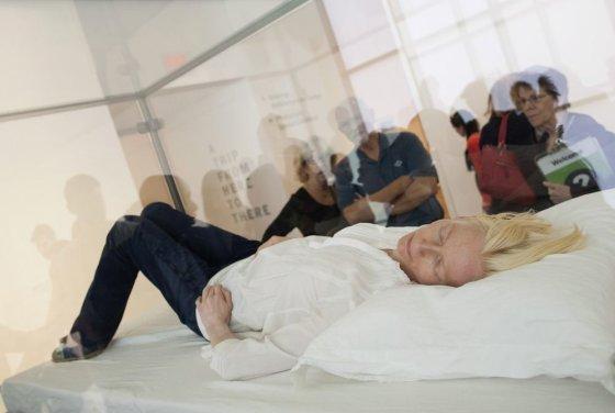 """Reuters""/""Scanpix"" nuotr./Muziejuje mieganti aktorė Tilda Swinton"