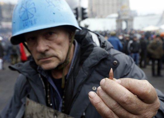"""""""Reuters""""/""""Scanpix"""" nuotr./Kijeve vyras rodo kulką"""