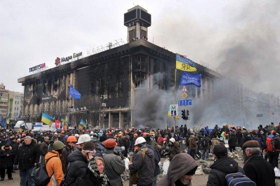 """AFP/""""Scanpix"""" nuotr./Protestuotojai prie Profsąjungų rūmų Kijeve"""