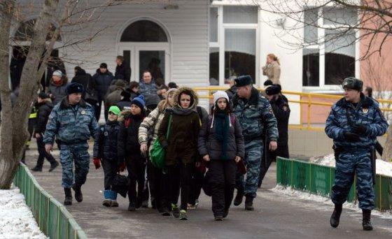 """AFP/""""Scanpix"""" nuotr./Rusijoje iš mokyklos evakuojami mokiniai"""