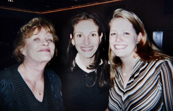 AOP/Glen McCurtayne/Coleman-Rayner nuotr./Julia Roberts su mama Betty ir seserimi Nancy Motes