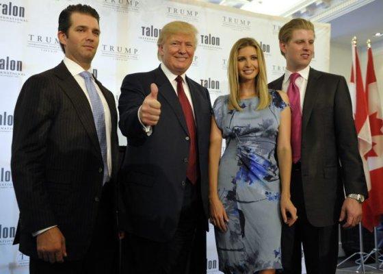 Donaldas Trumpas su vaikais Donaldu jaunesniuoju (kairėje), Ivanka ir Ericu