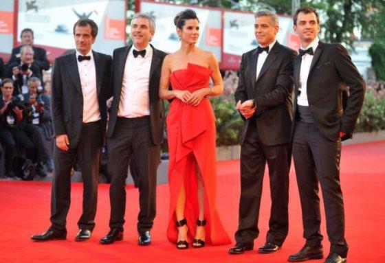 Prodiuseris Davidas Heymanas, režisierius Alfonso Cuaronas, aktorė Sandra Bullock, aktorius George'as Clooney ir scenarijaus autorius Jonas Cuaronas