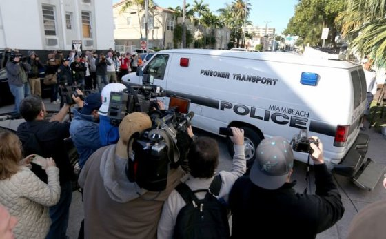Majamio policija veža Justiną Bieberį iš nuovados į areštinę
