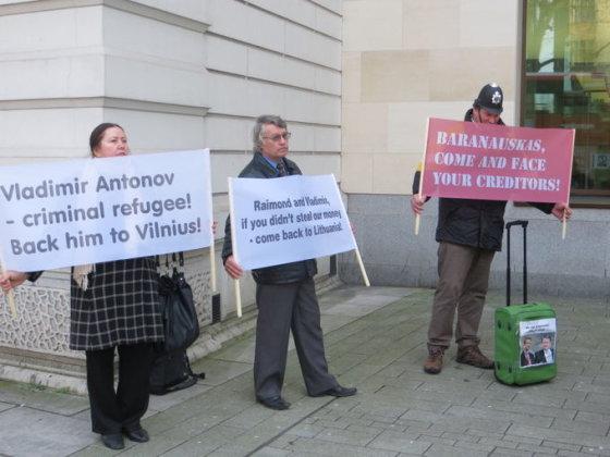 """""""Snoro"""" indėlininkų ir kreditorių asociacijos nuotr./""""Snoro"""" indėlininkų ir kreditorių asociacijos protestas Londone"""