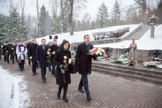 Vilniaus m. saviv. nuotr./Sausio 13-ąją Vilniaus vadovai pagerbė gynėjų už Laisvę atminimą Antakalnio memoriale.