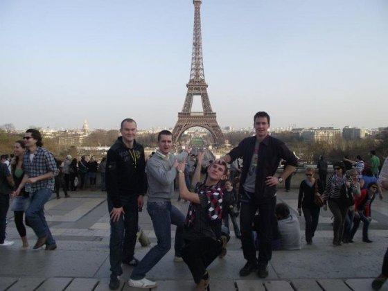 A.Zmitros nuotr./Su draugais prie Eifelio bokšto