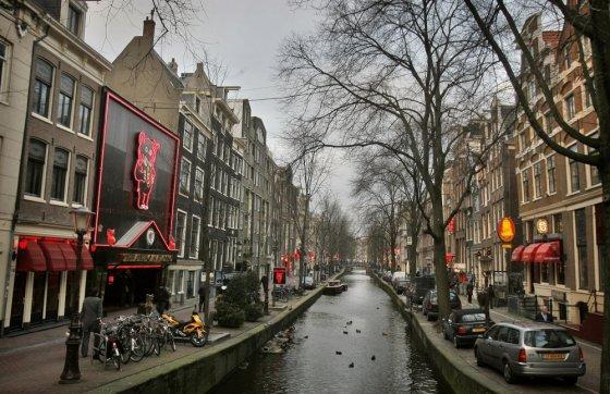 """""""Scanpix"""" nuotr./Siekdama kovoti su prekyba žmonėmis Nyderlandų valdžia išvalė garsųjį Amsterdamo raudonųjų žibintų kvartalą"""