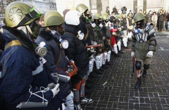 """""""Reuters""""/""""Scanpix"""" nuotr./Radikalusis Maidano protestuotojų sparnas - Dešinysis sektorius"""