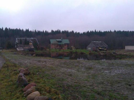 Namas ir du ūkiniai pastatai