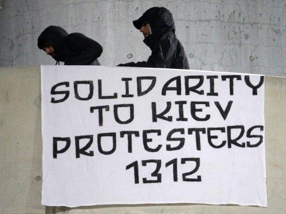 """""""Scanpix"""" nuotr./Plakatas palaikantis protestuotojus Kijeve"""