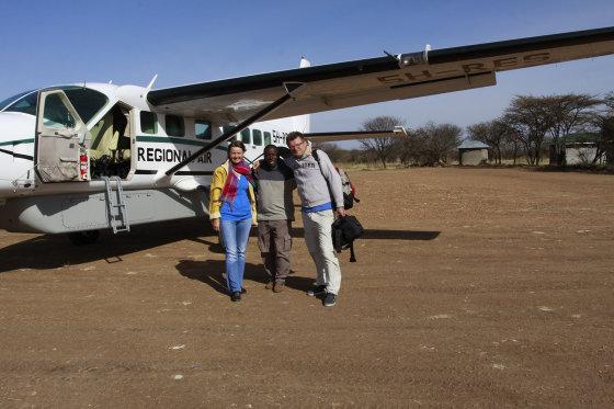 Aš, gidas Polo ir Viktoras Dubinskas, Tanzanija. Keliaudami į Afriką, po ją ir iš jos ištvėrėme devynis skrydžius. Šis lėktuvas buvo mažiausias.