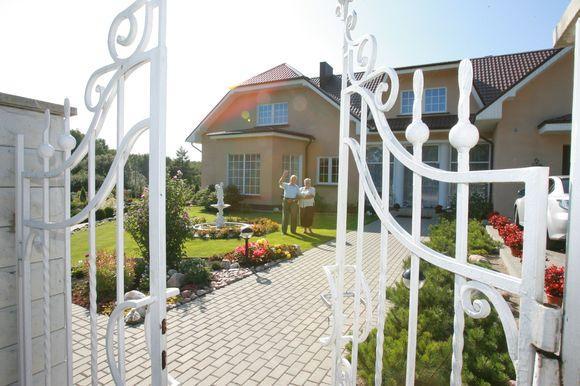 Gražiausia Klaipėdos apskrityje sodyba yra Kalotėje. Joje gyvena pensinio amžiaus sulaukę Vytautas ir Genovaitė Skinkiai.
