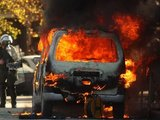 """AFP/""""Scanpix"""" nuotr./Graikijoje per riaušes padegta daugybė automobilių."""