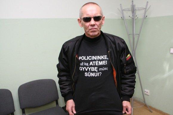 Dainiaus Labučio/Scanpix nuotr./53 metų klaipėdietis V.Lučiūnas aiandien vėl turi progą užsivilkti juodus marakinėlius su užraau Policininke, už ką atėmei gyvybę mūsų sūnui?
