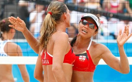 """""""Reuters""""/""""Scanpix"""" nuotr./Gruzijos-Brazilijos tinklininkės Cristina Santanna ir Andrezza Chagas sėkmingai pasirodė Pekino olimpinėse žaidynėse"""