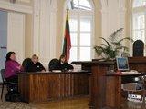 Sauliaus Chadasevičiaus/15min.lt nuotr./Ryškiu megztuku pasipuošusiai R.Smailytei teisme talkino dvi advokatės.