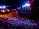 Sauliaus Chadasevičiaus/15min.lt nuotr./Valandėlę avarijos vietoje stypsojęs golfo vairuotojas įsiprašė pasišildyti į policijos visureigį.