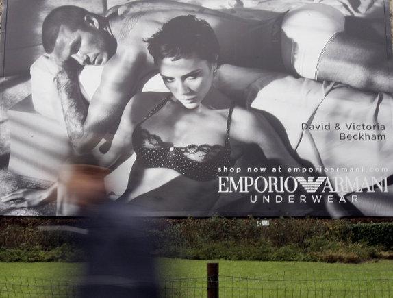 """""""Reuters""""/""""Scanpix"""" nuotr./Davidas ir Victoria Beckhamai """"Armani"""" apatinių reklamoje."""