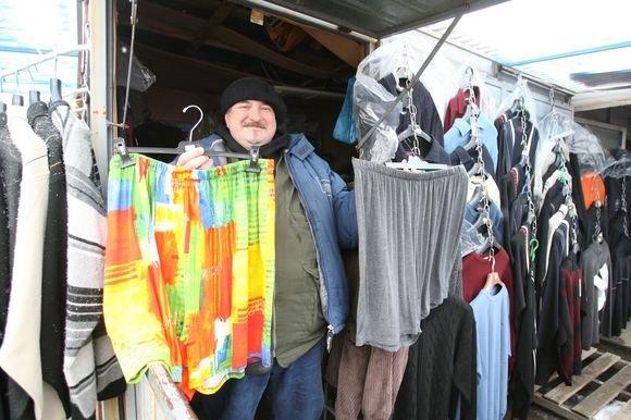 Iš Turkijos atvežtais didelių dydžių drabužiais Gariūnuose prekiaujantis Sergėjus pasakojo, jog jam dėl prekių išskirtinumo pirkėjų netrūksta.