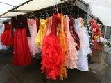"""Juliaus Kalinsko/""""15 minučių"""" nuotr./Gariūnuose smukusi prabangesnių prekių, tarp jų ir vestuvinių suknelių, paklausa: anksčiau žmonės noriai pirkdavo 1–1,2 tūkst. Lt kainuojančias sukneles, dabar labiau domisi 600–800 Lt vertės vestuviniais apdarais."""