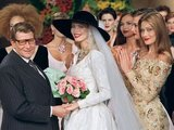 """Scanpix"" nuotr./Prancūzų dizaineris Yves Saint Laurent`as ir Claudia Schiffer"
