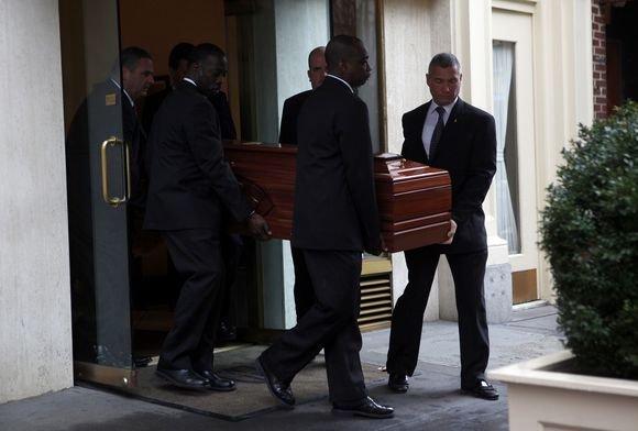 Reuters/Scanpix nuotr./Aktorės Natashos Richardson karstas palydimas ia laidojimo namų.