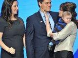 """AFP/""""Scanpix"""" nuotr./Sarah Palin su dukterimi Bristol, jos draugu Levi Johnstonu ir anūku"""