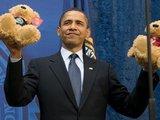"""AFP/""""Scanpix"""" nuotr./Barackas Obama laiko pliušinius meškiukus."""