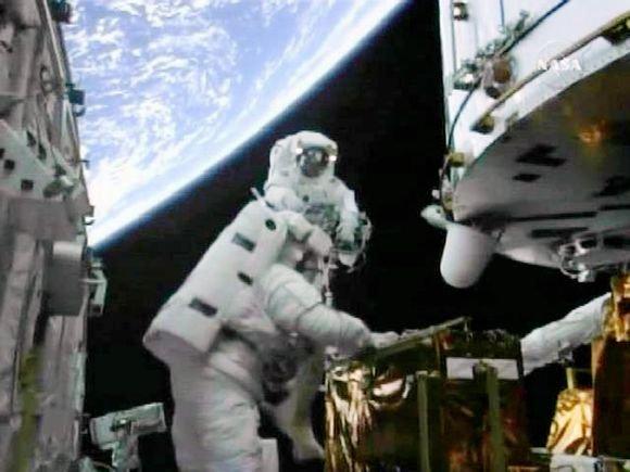 Reuters/Scanpix nuotr./Kadrai ia teleskopo taisymo atvirame kosmose.