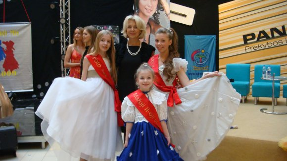 Klaipėdietės nuotraukoje įsiamžino su konkurso organizatore Danute Elzbergiene.
