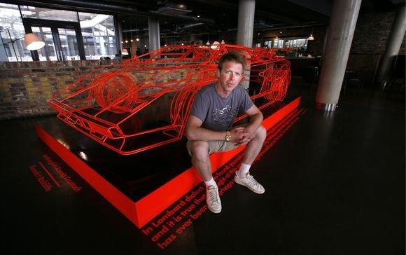 """Londone menininkas iš vielos padarė """"Lamborghini"""" modelį"""