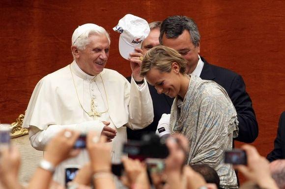 AFP/Scanpix nuotr./Popiežius Benediktas XVI gavo dovanų kepuraitę su Italijos plaukimo rinktinės emblema.