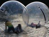 """Mykolo Paškausko nuotr./Nemažai atvykusiųjų susiviliojo proga užsirakinti """"burbule"""" ir pasivaikščioti vandeniu."""